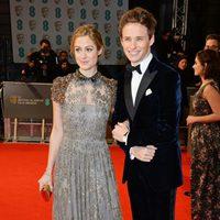 Eddie Redmayne y Hannah Bagshawe en los Premios BAFTA 2015
