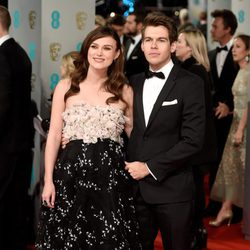 Keira Knightley y James Righton en los Premios BAFTA 2015