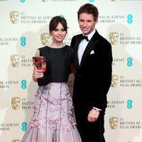 Felicity Jones y Eddie Redmayne posan con el premio a mejor película británica para 'La teoría del todo' en los BAFTA 2015