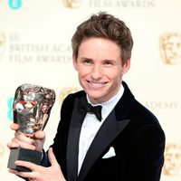 Eddie Redmayne posa con su galardón a mejor actor en los BAFTA 2015