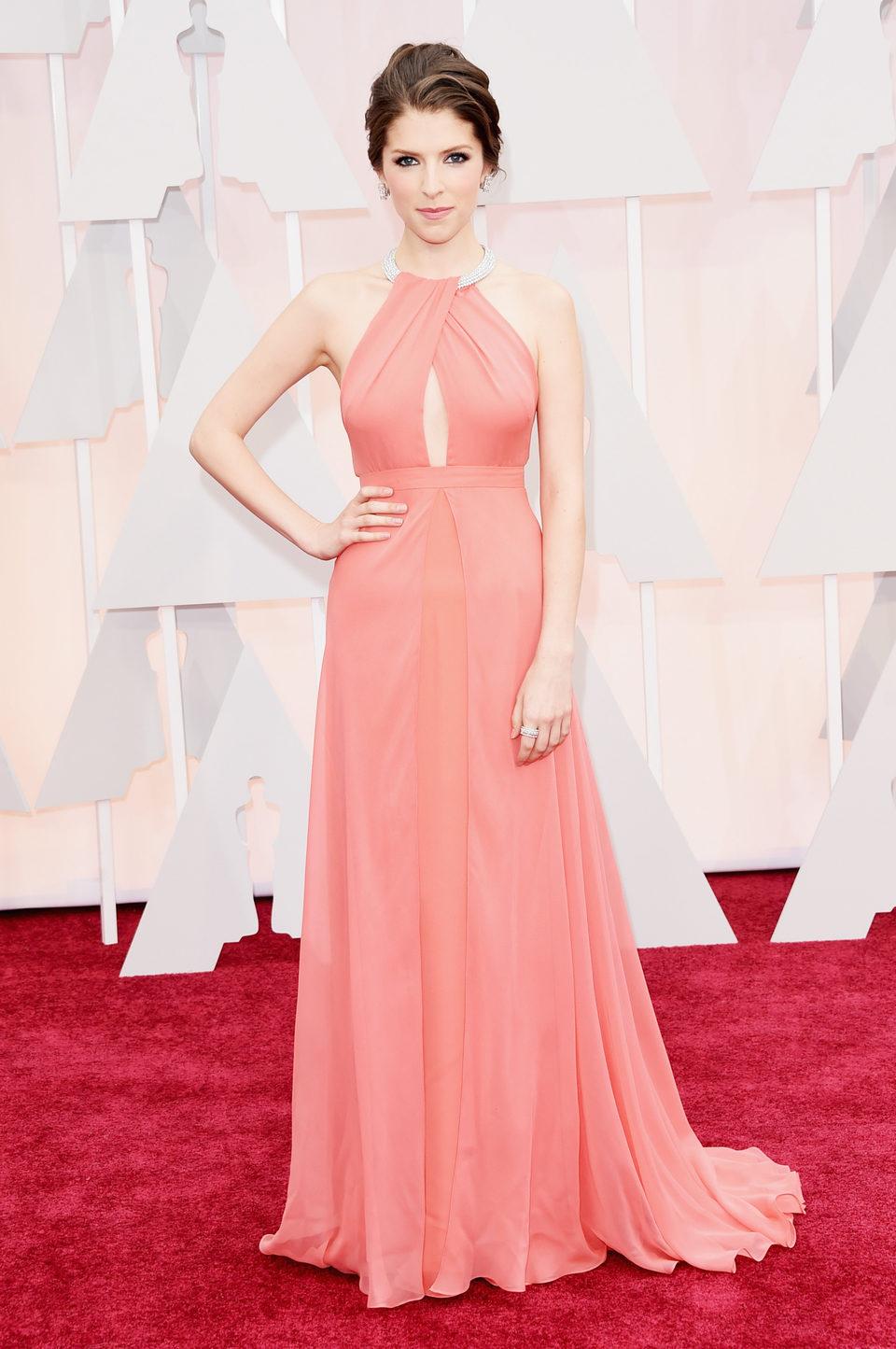 Anna Kendrick en la alfombra roja de los Oscar 2015