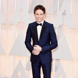 EddieRedmayne posa en la alfombra roja de los Oscar 2015
