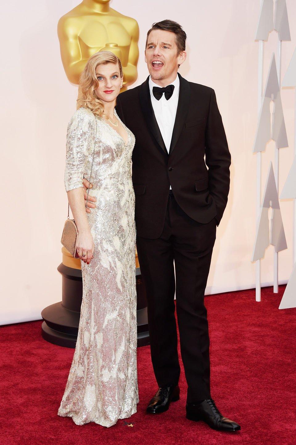 Ethan Hawke junto a su mujer Ryan Hawke en la alfombra roja de los Oscar 2015