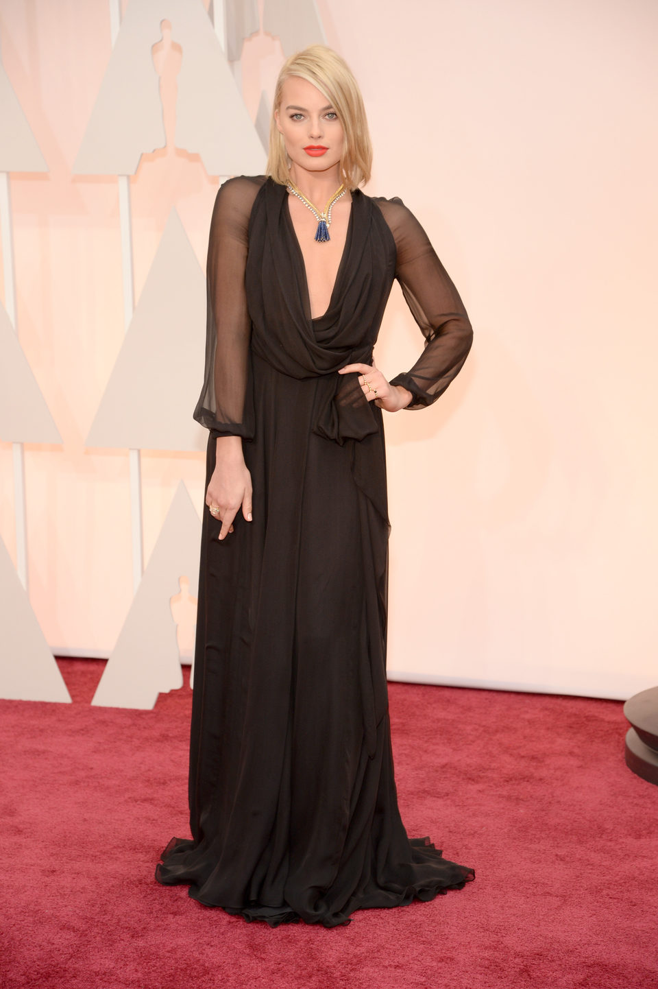 Margot Robbie posa en la alfombra roja a su llegada a los Oscar 2015