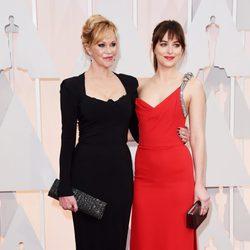 Dakota Johnson y Melanie Griffith en la alfombra roja de los Oscar 2015