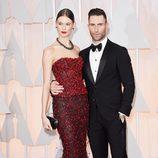 Adam Levine posa junto a su esposa Behati Prinsloo a su llegada a los Oscar 2015