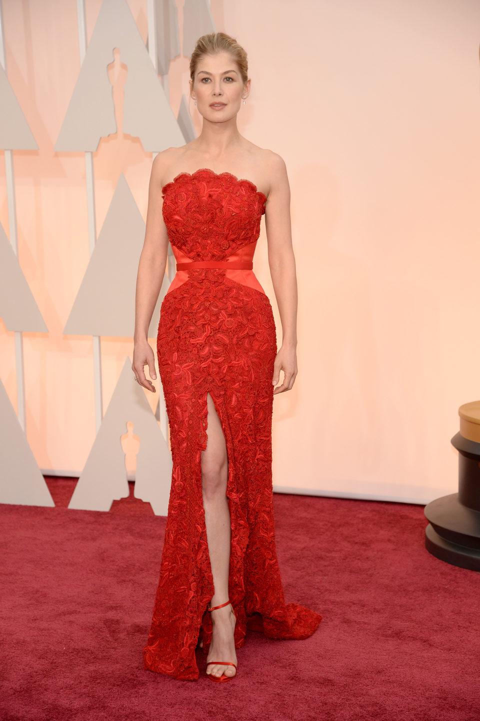 Rosamund Pike en la alfombra roja de los Oscar 2015