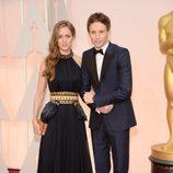 Eddie Redmayne posa junto a su mujer Hannah Bagshawe a su llegada a la alfombra roja de los Oscar 2015