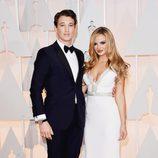 Miles Teller junto a su novia Keleigh Sperry en la alfombra roja de los Oscar 2015