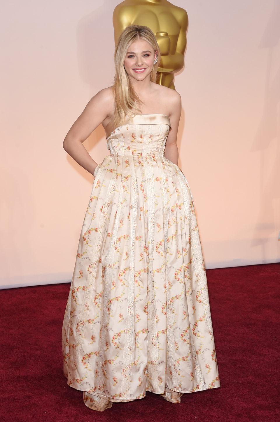 Chloë Grace Moretz en la alfombra roja de los premios Oscar 2015