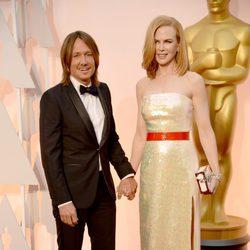 Nicole Kidman con su marido Keith Urban en la alfombra roja de los Oscar 2015