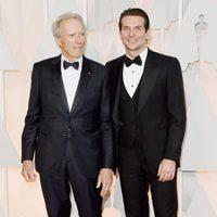 Bradley Cooper junto a Clint Eastwood en la alfombra roja de los Oscar 2015