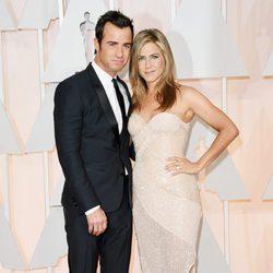 Jennifer Aniston y su prometido Justin Theroux en la alfombra roja de los Oscar 2015