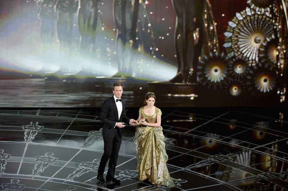 Anna Kendrick y Neil Patrick Harris en el número musical inicial de los Oscar 2015