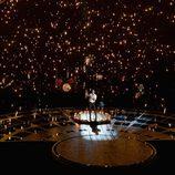 Adam Levine sobre el escenario del Dolby Theatre interpretando 'Lost Stars'