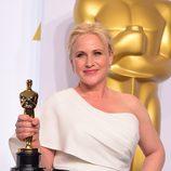 Patricia Arquette con su recién ganado Oscar como Mejor Actriz de reparto