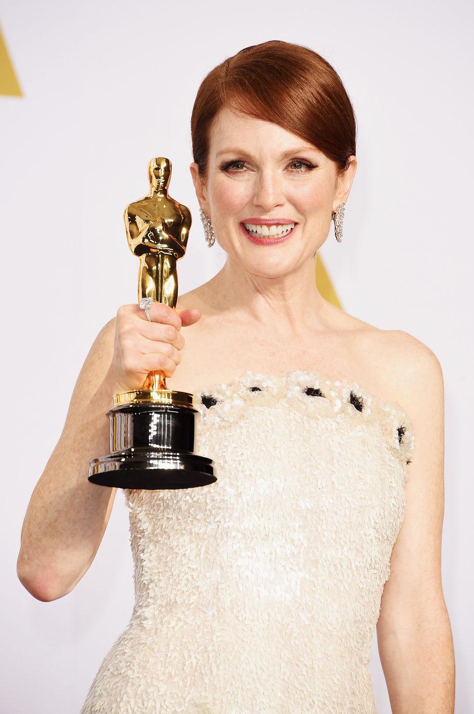 Julianne Moore posa con su Oscar a la Mejor Actriz