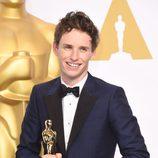 Eddie Redmayne posa con su primer Oscar a Mejor actor