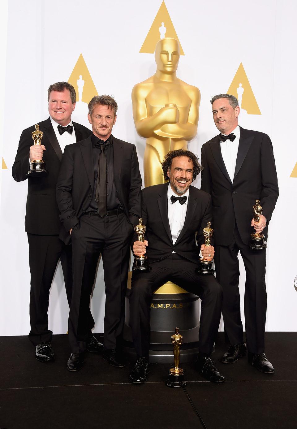 Alejandro González Iñárritu posa junto a sus tres Oscars, Sean Penn y sus compañeros productores