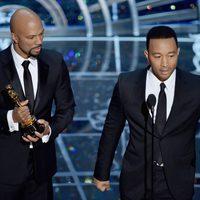 John Legend y Common reciben el premio a la Mejor Canción en los Oscar 2015