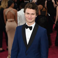 Ansel Elgort en la alfombra roja de los Oscar 2015
