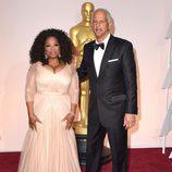 Oprah Winfrey y su marido en la alfombra roja de los Oscar 2015