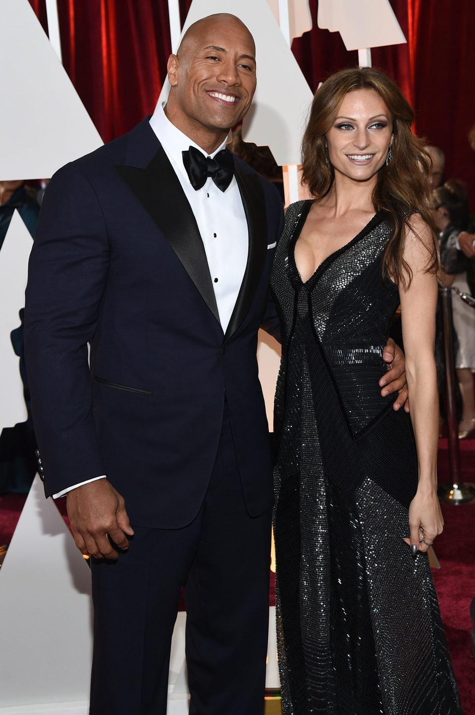 Dwayne Johnson y Lauren Hashian en la alfombra roja de los Oscar 2015