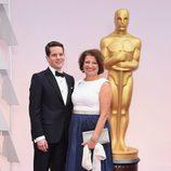 Graham Moore y su madre en la alfombra roja de los Oscar 2015
