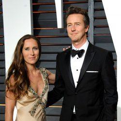 Edward Norton y Shauna Robertson en la alfombra roja de los Oscar 2015