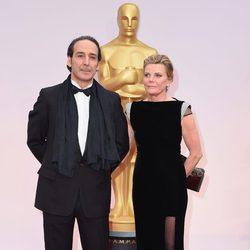 Alexandre Desplat y Dominique Lemonnier en la alfombra roja de los Oscar 2015