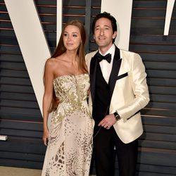 Adrien Brody y Lara Lieto en la alfombra roja de los Oscar 2015