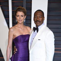 Eddie Murphy y su pareja posan en la alfombra roja de los Oscar 2015