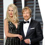 Morten Tyldum y su mujer en la alfombra roja de los Oscar 2015