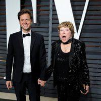Bennett Miller and Shirley Maclaine poss in the Oscar 2015 red carpet
