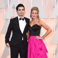 Damien Chazelle y su mujer posan en la alfombra roja de los Oscar 2015
