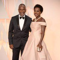 Viola Davis y Julius Tennon posan en la alfombra roja de los Oscar 2015