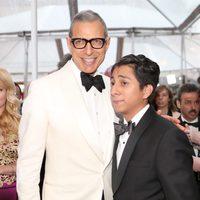Jeff Goldblum y Tony Revolori en la alfombra roja de los Oscar 2015