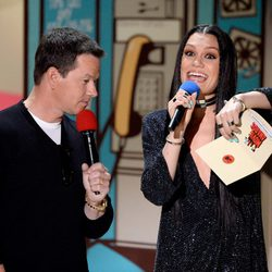 Mark Wahlberg y Jessie J durante la ceremonia de los MTV Movie Awards 2015