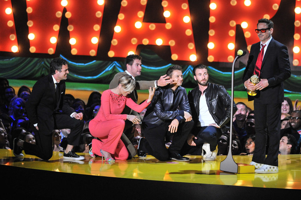 Los Vengadores se arrollidan ante Robert Downey Jr. en los MTV Movie Awards 2015