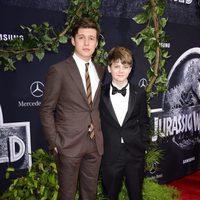 Nick Robinson y Ty Simpkins posan en el estreno de 'Jurassic World