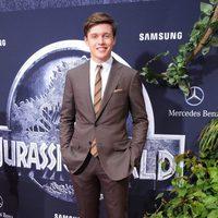 Nick Robinson posando en la premiere de 'Jurassic World'