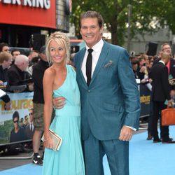 Hayley Roberts y David Hasselhoff posando en la premiere europea 'Entourage'