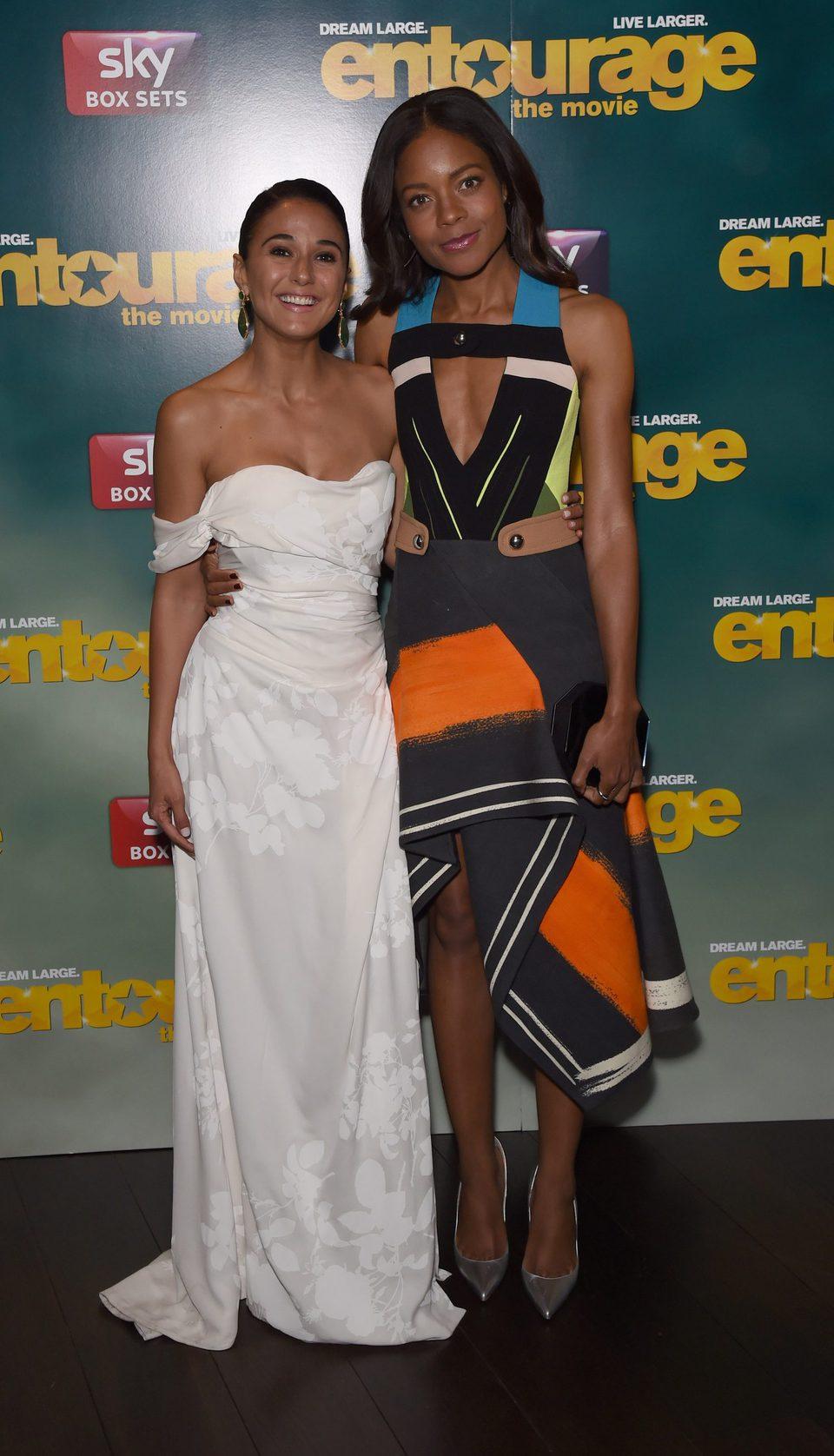 Emmanuelle Chriqui y Naomie Harris posan en la fiesta de 'Entourage'