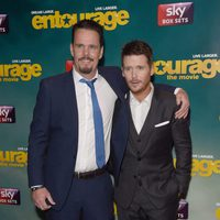 Kevin Dillon y Kevin Connolly posan juntos en la premiere europea de 'Entourage'