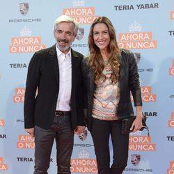 Imanol Arias e Irene Meritxell en la premiere de 'Ahora o nunca'