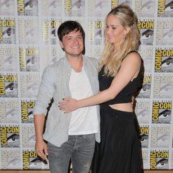 Jennifer Lawrence y Josh Hutcherson abrazados en la Comic-Con 2015