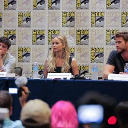 Josh Hutcherson, Liam Hemsworth y Jennifer Lawrence en la Comic-Con 2015