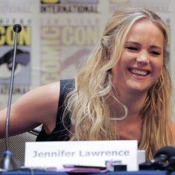 Jennifer Lawrence riéndose durante la rueda de prensa en la Comic-Con 2015