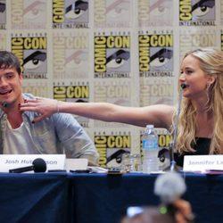 Josh Hutcherson y Jennifer Lawrence bromeando en la Comic-Con 2015