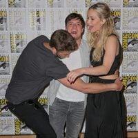 Liam Hemsworth, Josh Hutcherson y Jennifer Lawrence bromean en la Comic-Con 2015